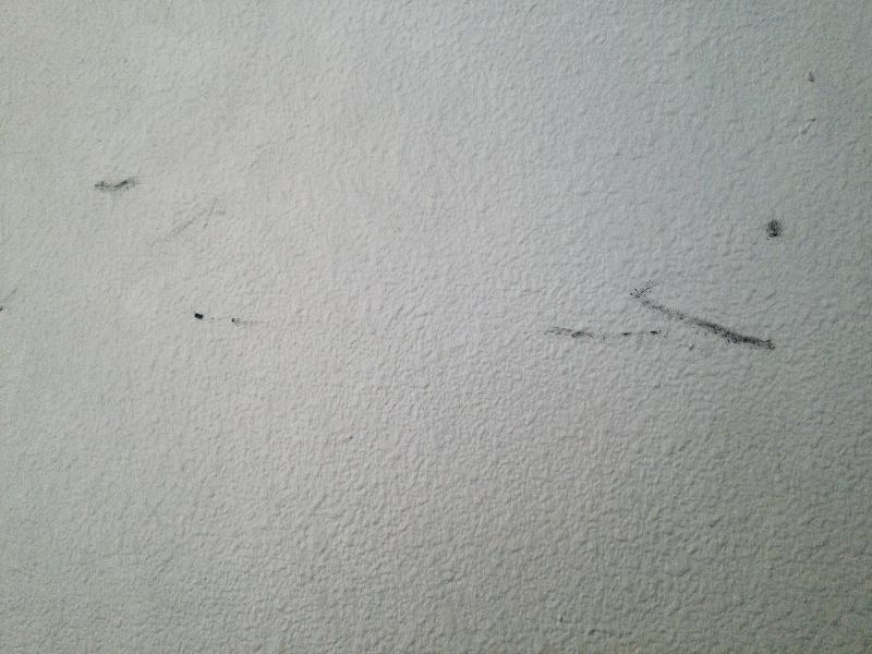 タバコの火種を壁で消した跡1