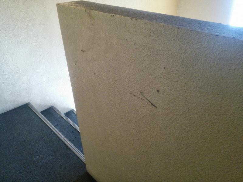 タバコの火種を壁で消した跡2