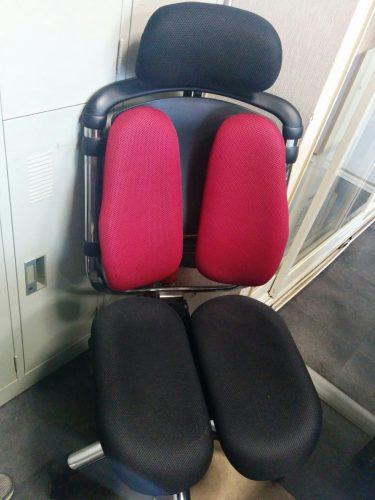 普段事務所で座っている腰痛対策用椅子