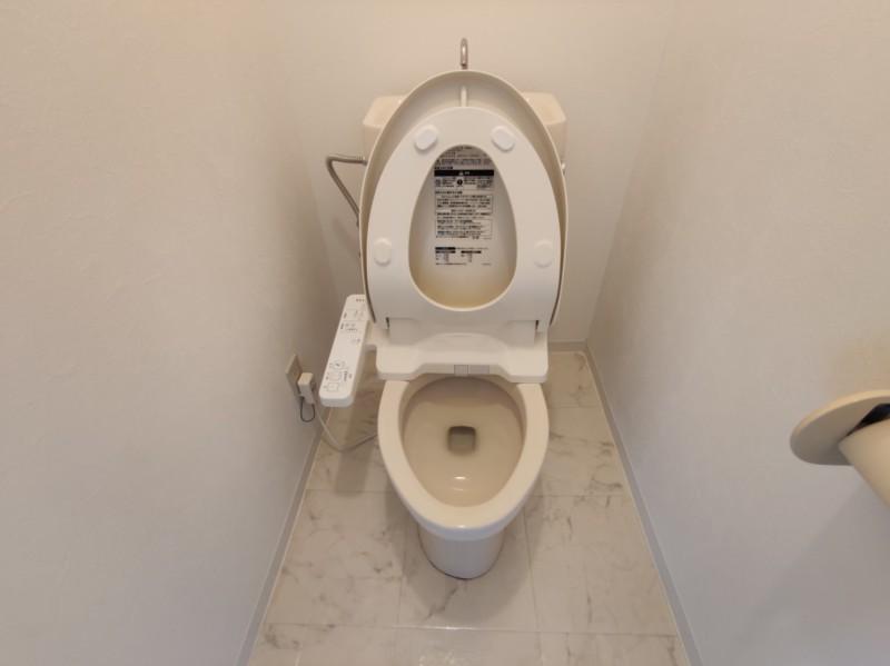 ウォシュレット設置済みのトイレ