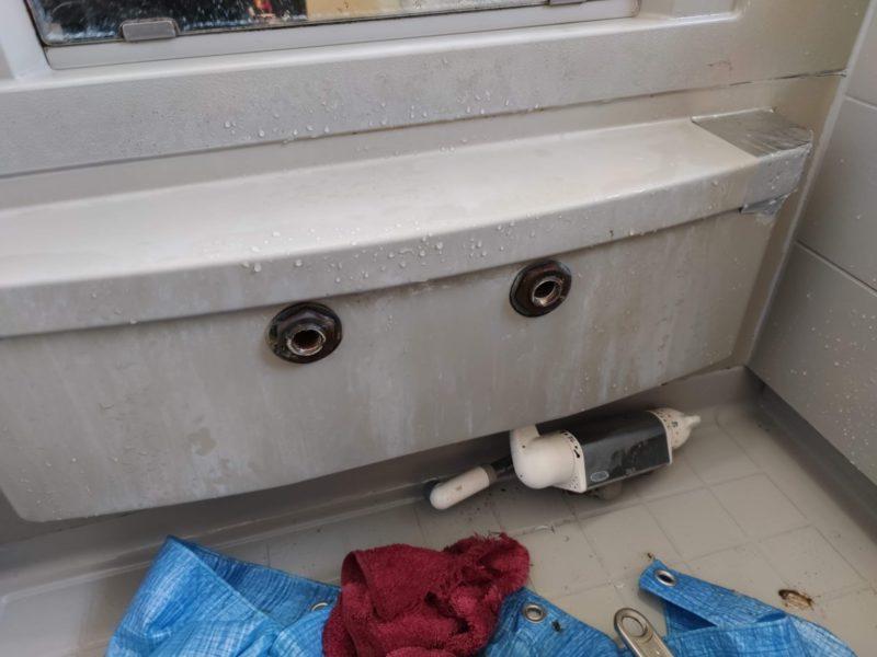 浴室シャワー水栓交換中